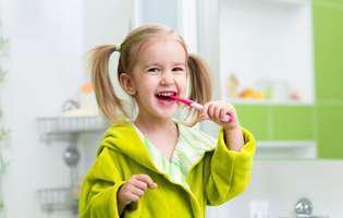 Cum se îngrijesc corect dinții copiilor