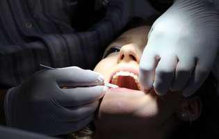 Absența salivației. Fată la stomatolog