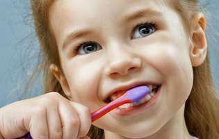 Cum îl înveți pe cel mic de ce este important să se spele pe dinți
