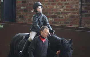 Hipoterapia sau terapia cu cai, tratează persoanele cu dizabilități