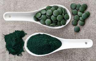 spirulina poate fi consumată sub formă de pudră sau tablete