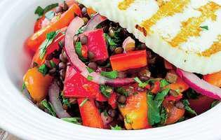 Brânză la grătar cu garnitură de legume