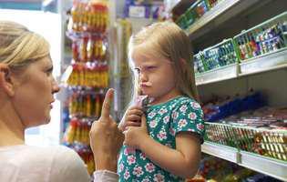 Copilul vrea mereu să-i cumperi ceva