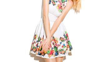 De ce ne plac rochiile înflorate?