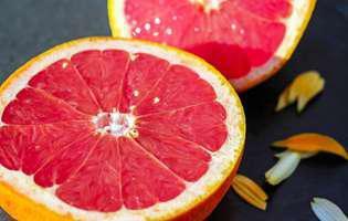 Grapefruit. Fruct tăiat în jumătate