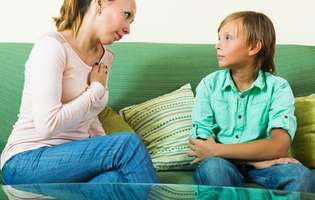 Comportamentul agresiv al băiatului. Mamă are o discuție serioasă cu fiul ei pe o canapea verde