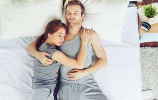 Poziția în care dormiți spune ce relație de cuplu aveți