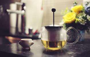Soluții naturiste pentru infecția cu virusul helicobacter pylori includ sucul de merișoare, ceaiul verde sau oțetul de mere. Imagine cu ceai verde