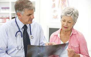 Femeie care discută cu medicul despre cancerul vulvei și variantele de tratament