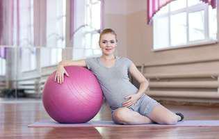 mișcare și sport pentru gravide. Femeie însărcinată care face gimnastică