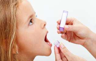 tratament naturist pentru ADHD. Copil care ia remedii homeopate