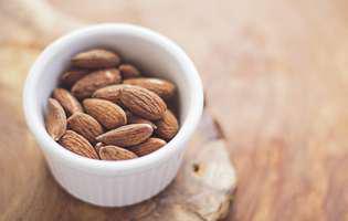 Care sunt beneficiile zincului și de ce e bine să-l consumi în sezonul rece? Imagine cu migdale, sursă naturală de zinc