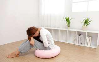Colita ischemică este o afecțiune a colonului care poate fi tratată medicamentos sau prin intervenție chirurgicală. Imagine cu femeie care suferă de dureri abdominale cauzate de colita ischemică