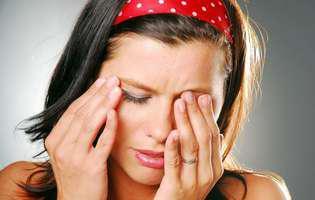 Ectropionul palpebral - afecțiune oculară care constă în răsucirea pleoapei spre exterior care necesită intervenția chirurgicală. Imagine cu femeie care își ține mâna la ochi