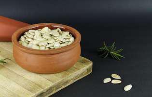 Semințele de dovleac te scapă de pietrele la rinichi, de viermii intestinali și reduc simptomele artritei. Imagine cu semințe de dovleac