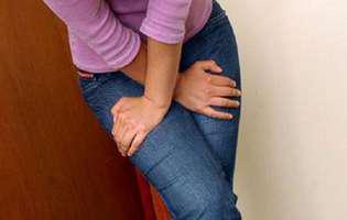 Cistita interstițială este o afecțiune cronică a tractului urinar pentru care există mai multe variante de tratament. Imagine cu femeie care suferă de cistită interstițială