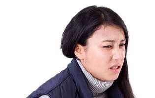 Hernia hiatală poate fi tratată și nu ar trebui ignorată. Imagine cu femeie care suferă de hernie hiatală
