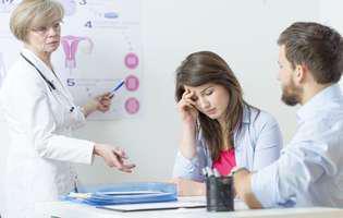 Infertilitatea feminină poate fi tratată și sarcina poate fi posibilă chiar și la vârste mai înaintate. Imagine cu cuplu la medic discutând despre infertilitate