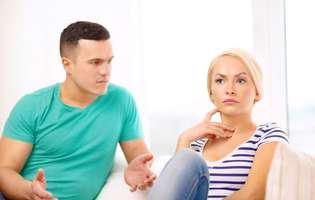 Infertilitatea masculină poate afecta grav relația de cuplu. Infertilitatea poate fi tratată. Imagine cu parteneri de cuplu care discută despre infertilitatea masculină