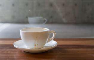 cum cureti petele de cafea