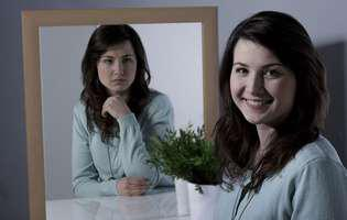 Tulburarea bipolară este o afecțiune care constă în alternanța dispoziției psihice ce poate fi tratată prin medicație și psihoterapie. Imagine cu femeie afectată de tulburarea bipolară