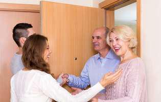 vizitele prea dese la socrii. Pereche tânără în vizită la părinți