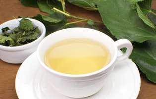 Leacuri pentru cistită – ceaiul din frunze de mur. Ceai de mur într-o cană albă și frunze