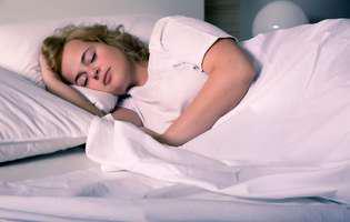 Poziția în care dormi îți afectează sănătatea. Ce se întâmplă dacă dormi pe o parte