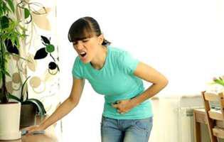 Colecistita este o afecțiune la nivelul veziculei biliare ca urmare a blocării scurgerii bilei de către un calcul biliar. Imagine cu femeie care suferă de colecistită