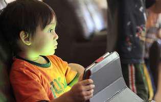 Copilul tău stă prea mult pe telefon, tabletă și televizor? Cum îl dezveți