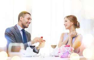 cum să-ți convingi iubitul să teceară de soție - cuplu simpatic în restaurant, cerere în căsătorie