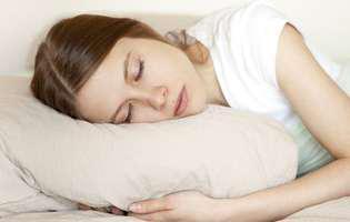Sindromul oboselii cronice este o afecțiune debilitantă, care afectează calitatea vieții. Imagine cu femeie care stă culcată în pat
