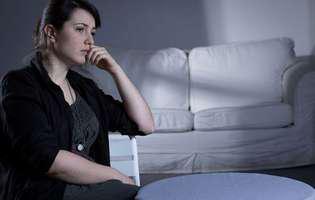 Tulburarea de anxietate generalizată poate fi tratată prin psihoterapie și medicație. Imagine cu femeie care suferă de tulburare de anxietate generalizată