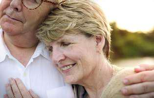 Cum să-ți protejezi căsnicia în momente dificile - cuplu în vârstă îmbrățișându-se