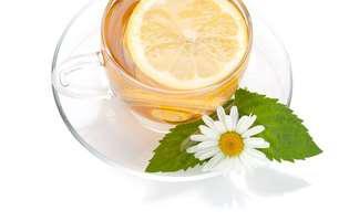 Cele mai uzuale plante bune pentru sănătate: mentă, mușețel și o felie de lămâie într-o cană de ceai