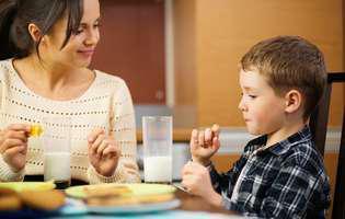 Mic dejun rapid și sănătos pentru copii - mamă și copil servesc micul dejun