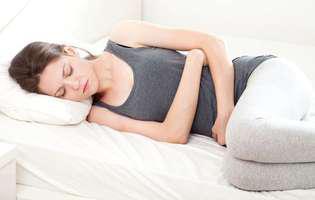 Rectita este o boală inflamatorie a rectului. Imagine cu femeie care suferă de rectită
