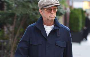 Cântărețul Eric Clapton, de nerecunoscut. A fost surprins în scaun cu rotile. Ce rău arată