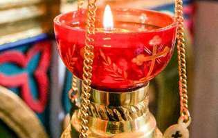 candela aprinsa, biserica