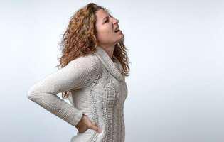 Zona zoster poate fi foarte dureroasă și poate necesita tratament împotriva durerii. Imagine cu femeie care suferă de durere ca urmare a zonei zoster