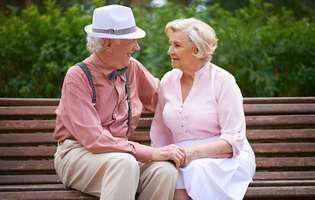 Cum să prelungești luna de miere - cuplu în vârstă simpatic pe o bancă în parc