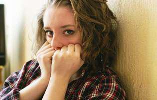 Agorafobie - tulburare psihică ce poate fi tratată medicamentos sau prin psihoterapie. Imagine cu femeie care suferă de agorafobie