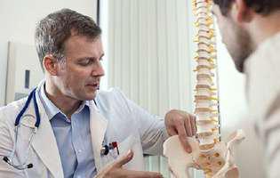 Leziunea măduvei spinării este o afecțiune periculoasă și necesită intervenția medicală de urgență. Imagine cu medic care discută cu aparținătorul efectele leziunii măduvei spinării asupra pacientului