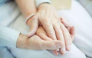 Au murit ținându-se de mână la doar câteva minute distanță, după 69 de ani de căsnicie. Povestea lor de dragoste te emoționează până la lacrimi