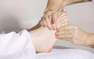 Ruptura tendonului lui Ahile este o afecțiune care poate fi tratată chirurgicală. Imagine cu persoană care face fizioterapie pentru ruptura tendonului lui Ahile