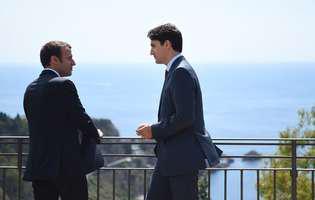 """Imaginile cu Justin Trudeau și Emmanuel Macron, ținta glumelor pe internet: """"Formează un cuplu frumos"""""""