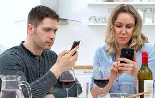 Telefonul smart și dependența de internet dăunează grav vieții de cuplu