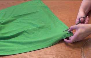 Cum faci o sacoșă dintr-un tricou pe care nu-l mai porți (video)