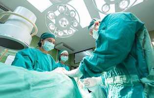 Hipertermia malignă este o afecțiune periculoasă care poate conduce la deces. Imagine cu intervenție chirurgicală sub anestezie în timpul căreia se manifestă hipertermia malignă