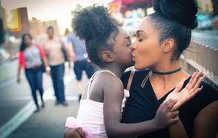 mama-fiica, sarut